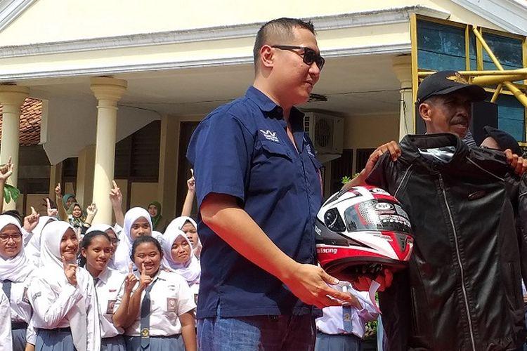 Slamet Gunaedi, satpam SMAN 4 Tangerang Selatan mendapat cinderamata dari PT Astra Honda Motor, Senin (4/2/2019).