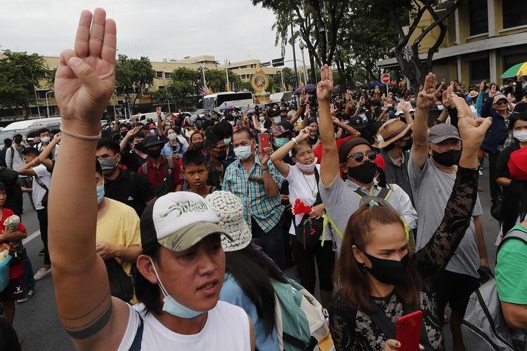 Pengunjuk rasa anti-pemerintah memberikan salam tiga jari, simbol perlawanan, saat protes di dekat Monumen Demokrasi di Bangkok, Thailand, Rabu (14/10/2020).