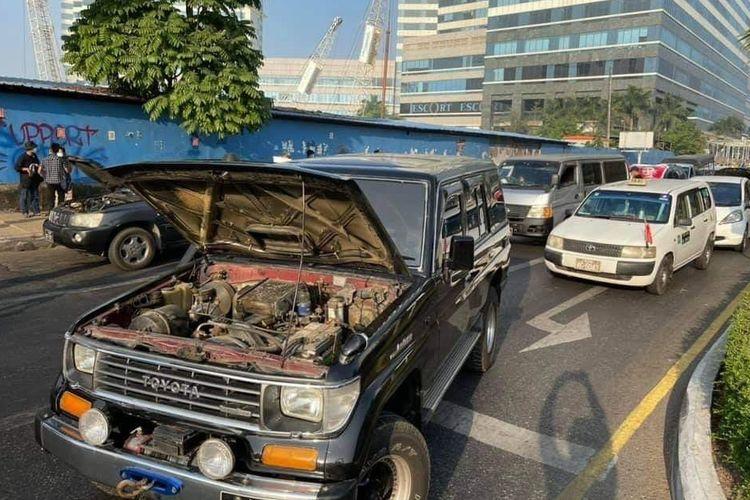Gerakan pemblokiran jalan pada Rabu (17/2/2021), pengunjuk rasa berpura-pura mesin mobil mereka rusak di jalan-jalan utama di Yangon, Myanmar