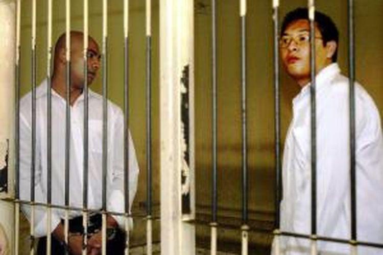 Dalam foto tahun 2006, terdakwa perkara penyelundupan heroin seberat 8,2 kilogram, Andrew Chan (kanan) dan Myuran Sukumaran, keduanya warga negara Australia, berdiri di dalam tahanan, setelah mereka divonis hukuman mati, Selasa (14/2/2006) di Pengadilan Negeri Denpasar, Bali.