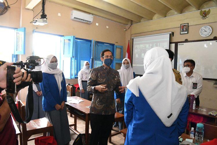 Menteri Pendidikan, Kebudayaan, Riset, dan Teknologi (Mendikbud Ristek) Nadiem Makarim saat melakukan tinjauan ke salah satu sekolah di wilayah Surakarta, Senin (13/9/2021).