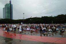 Khusyuknya Shalat Id di Lapangan Karebosi Makassar meski Gerimis Turun
