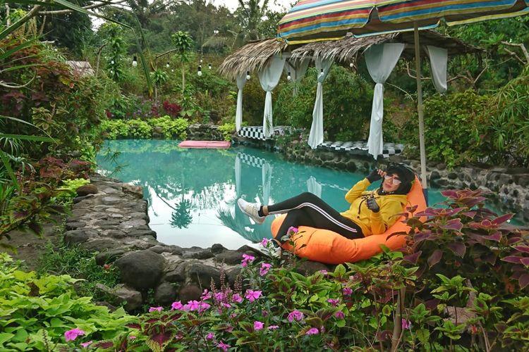 Pengunjung berfoto di salah satu spot Instagramable di Javanica Park, Muntilan, Magelang, Jawa Tengah.