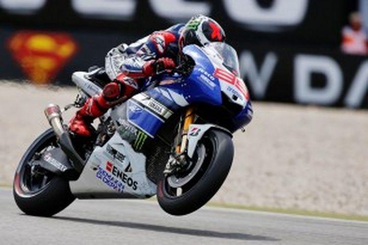 Pebalap Yamaha asal Spanyol, Jorge Lorenzo, mengendarai motornya di lintasan Sirkuit Assen, pada balapan GP Belanda, Sabtu (29/6/2013).