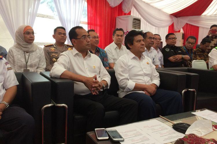 Menteri Perhubungan Budi Karya Sumadi bersama rombongan melakukan telekonferensi dengan semua bandara di Indonesia dalam rangka memantau kesiapan layanan arus mudik di posko utama Bandara Soekarno-Hatta, Tangerang, Jumat (23/6/2017) pagi.