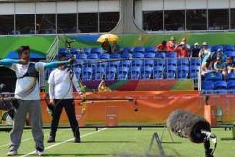 Pepanah Indonesia, Riau Ega Agatha Salsabila, membidik sasaran saat melawan juara dunia asal Korea Selatan, Kim Woo-jin pada babak kedua cabang olahraga panahan Olimpiade Rio 2016 di Sambodromo, Senin (8/8/2016).