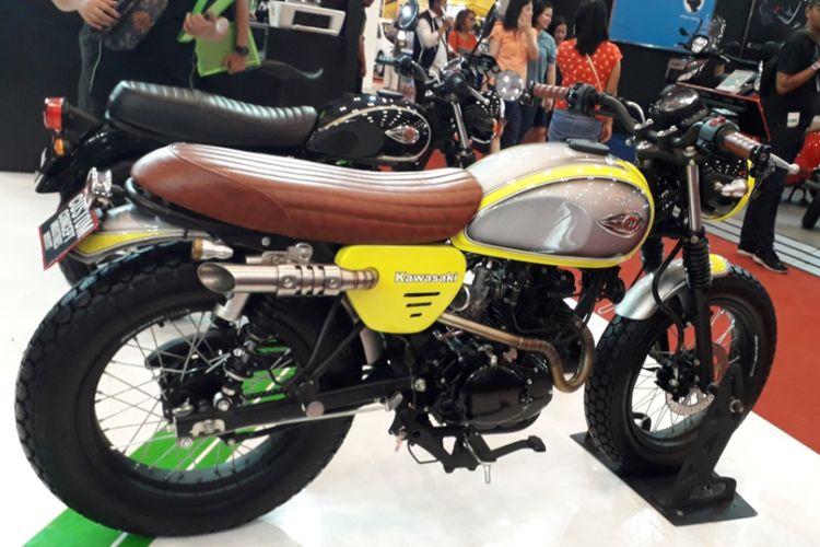 Kawasaki W175 bergaya flat tracker yang dipamerkan di booth Kawasaki Motor Indonesia selama pameran GIIAS 2018.