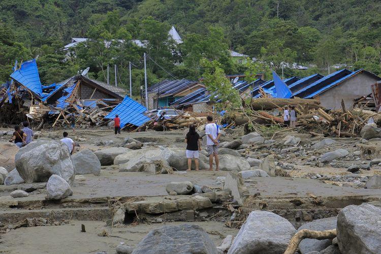 Sejumlah warga melihat rumah yang rusak akibat banjir bandang di Sentani, Kabupaten Jayapura, Papua, Minggu (17/3/2019). Berdasarkan data BNPB, banjir bandang yang terjadi pada Sabtu (16/3) tersebut mengakibatkan 42 tewas. ANTARA FOTO/Gusti Tanati/wpa/ama.