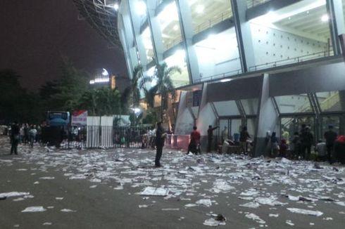 Lautan Sampah dan Bau Pesing di Gelora Bung Karno