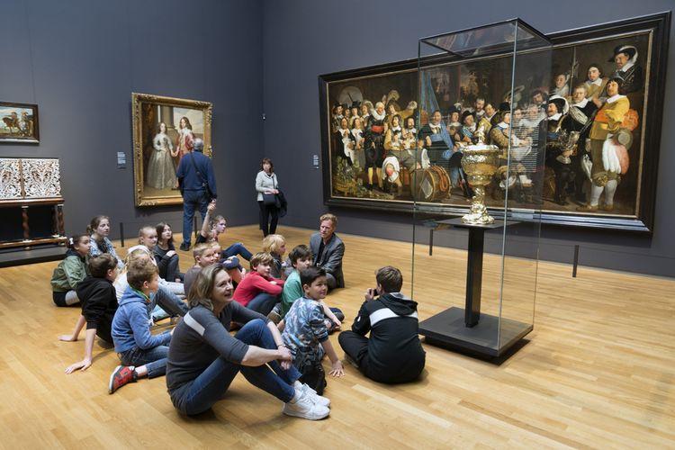 Pengunjung beragam usia menikmati karya seni di Rijksmuseum, museum yang didedikasikan untuk seni dan sejarah di Amsterdam, (10/5/2017).