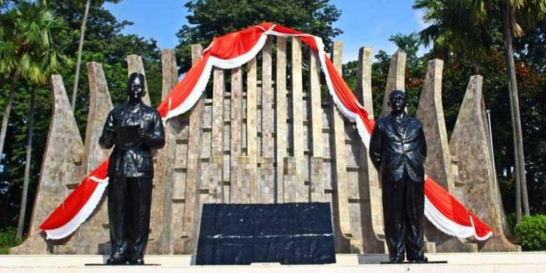Tugu Proklamasi dengan patung dua proklamator, Soekarno dan Mohammad Hatta, di Jalan Proklamasi, Jakarta.