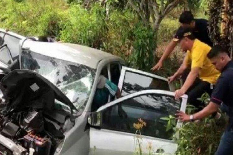 Gubernur mengevakuasi korban kecelakaan beruntun (Sumber: Tribunnews/Youtube)