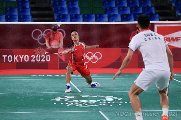 Tunggal putra Indonesia Anthony Sinisuka Ginting saat berjuang menghadapi Chen Long (China) pada semifinal badminton Olimpiade Tokyo 2020 di Musashino Forest Plaza, Jepang, Minggu (1/8/2021) siang WIB.