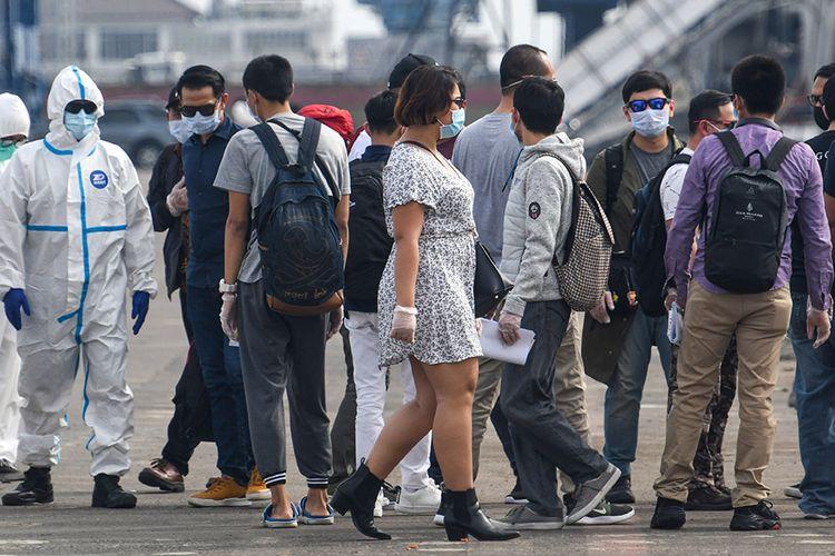 Sejumlah warga negara Indonesia (WNI) yang menjadi anak buah kapal (ABK) Kapal Pesiar MV Viking Orion tiba di Pelabuhan JICT, Tanjung Priok, Jakarta, Senin (11/5/2020). Sebanyak 42 orang WNI ABK kapal pesiar tersebut menjalani serangkaian tes kesehatan sesuai protokol pencegahan COVID-19 seperti tes swab, sebelum dibawa menuju hotel untuk melakukan isolasi mandiri.