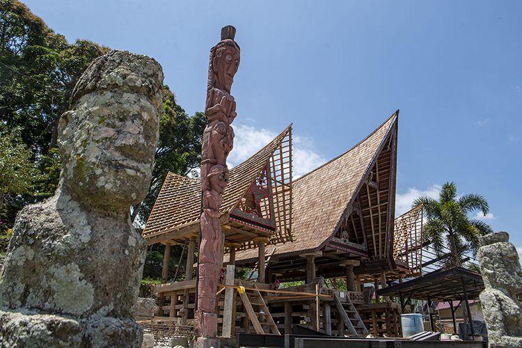 Foto dirilis Jumat (5/3/2021), memperlihatkan suasana pemugaran kawasan Huta Siallagan, Ambarita, Simanindo, Samosir, Sumatera Utara. Pemerintah Indonesia saat ini tengah menyiapkan Danau Toba di Sumatera Utara sebagai lokasi Destinasi Pariwisata Super Prioritas (DPSP) untuk menggantikan Pulau Bali.
