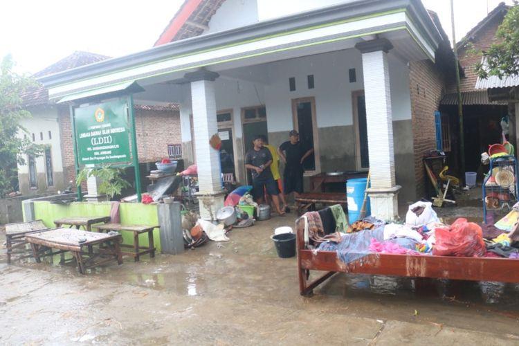 Kondisi Dusun Prayungan, Desa Gondangmanis, Kecamatan Bandar Kedungmulyo, Kabupaten Jombang, Jawa Timur, setelah beberapa hari dilanda banjir, Senin (8/2/2021).