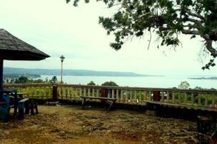 Salah satu bagian dari Puncak Indah Mardadi di Desa LowuLowu, Kecamatan LeaLea, Kota Baubau, Sulawesi Tenggara. Dari atas puncak, dapat dilihat teluk Kota Baubau dengan laut nan biru dan pulau kecil yang ada di sekitarnya.
