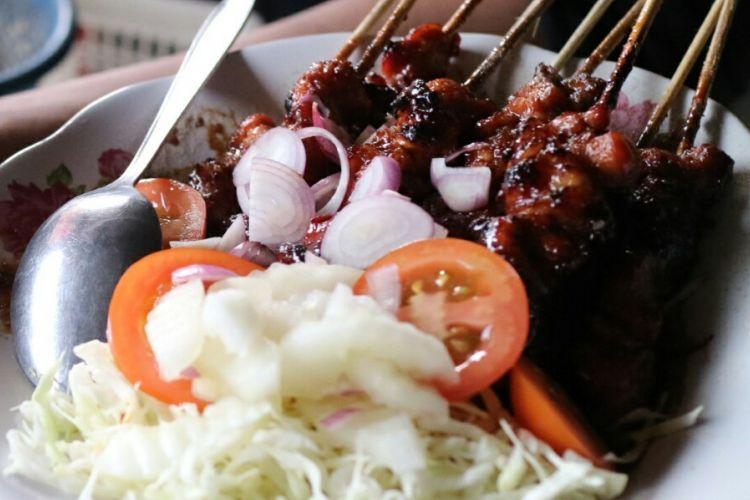Seporsi sate kambing di kedai Sate Kambing Pa Bagong, Solo, yang telah bertahan lebih dari setengah abad. Perpaduan rempah merica, cabe, dan daun salam dalam bumbunya membuat cita rasa pedasnya khas.