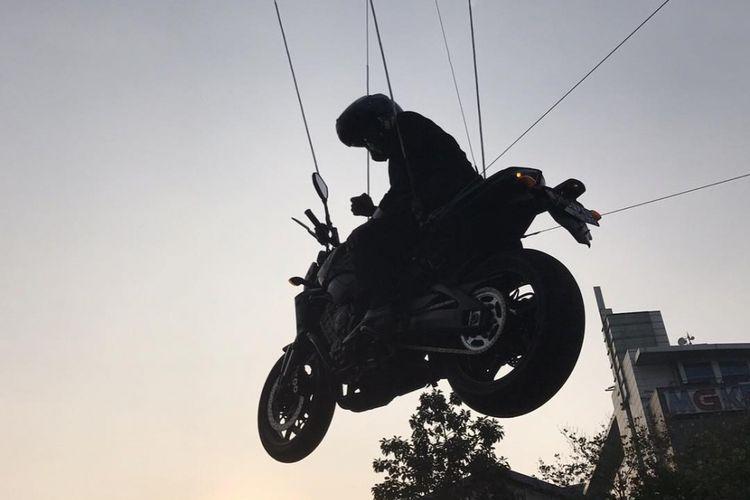 Foto yang diunggah seorang stunt rider asal Thailand. Pada unggahan tertanggal 3 Agustus tersebut, pemilik akun tampak menuliskan keterangan behind the scene. Latar belakang foto yang diunggahnya sangat persis dengan adegan saat Presiden Joko Widodo diceritakan melompati truk di video pembukan Asian Games 2018.