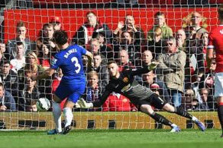 David de Gea sukses menggagalkan penalti Leighton Baines pada laga antara Manchester United dan Everton, 5 Oktober 2014.