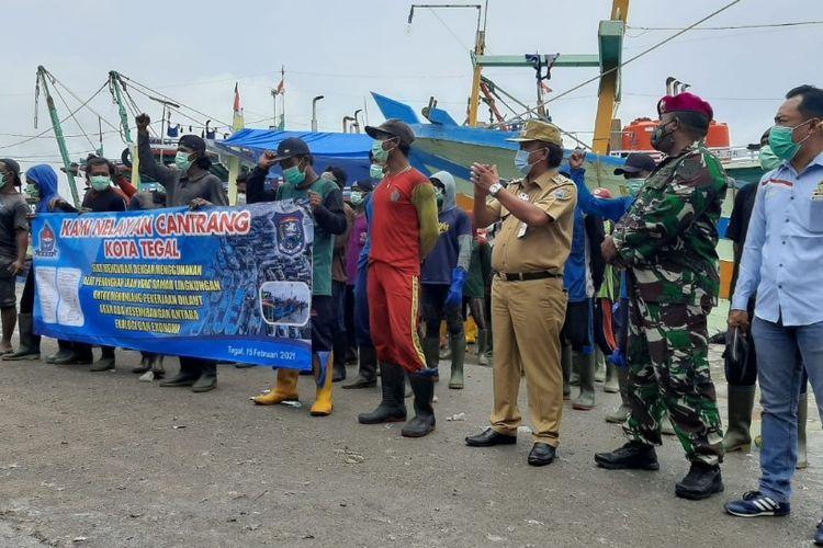 Sejumlah nelayan cantrang yang tergabung HNSI didampingi Wakil Wali Kota M. Jumadi dan Komandan Lanal Letkol Mar. Ridwan Aziz mendeklarasikan diri siap mengganti alat tangkap yang lebih ramah lingkungan, di kawasan Pelabuhan Jongor, Kota Tegal, Senin (15/2/2021)