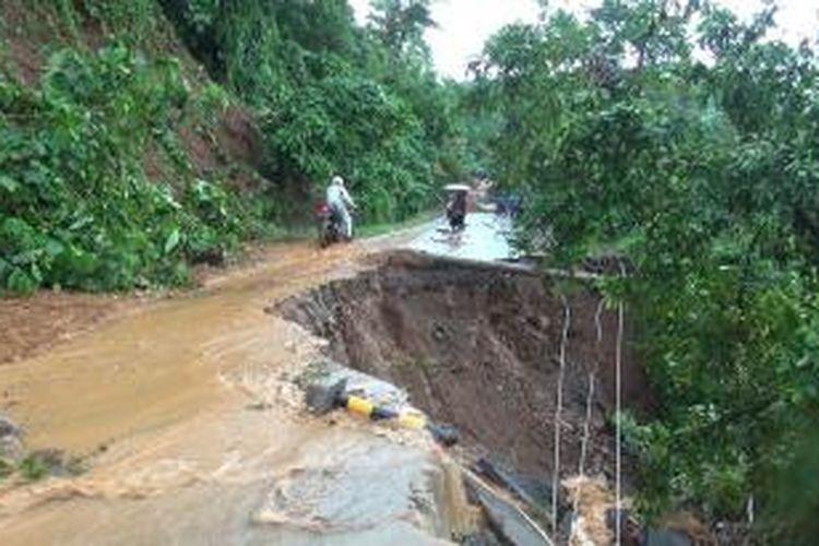Seorang engendara sepeda motor nekat melintasi jalan yang amblas di kawasan Gunung Paro, Aceh Besar menuju Kecamatan Lhoong. ruas jalan ini longsor dan amblas akibat guyuran hujan dengan intensitas tinggi dalam tiga hari terakhir.