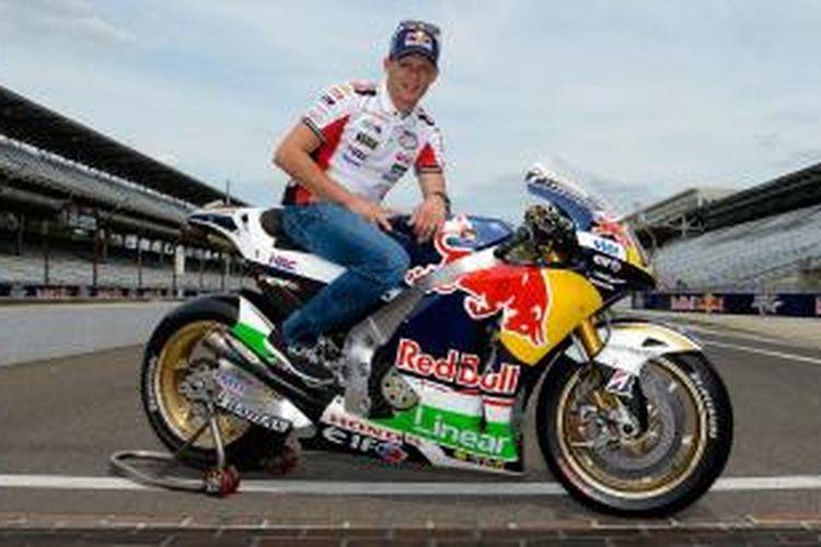 Pebalap asal Jerman, Stefan Bradl, berpose di atas motornya di lintasan Indianapolis Motor Speedway, Kamis (15/8/2013).