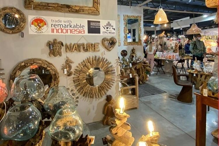 Produk furnitur kerajinan dan dekorasi rumah Indonesia saat mengikuti Pameran HOMI 2021 di Italia