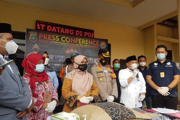 Konferensi pers pengungkapan persetubuhan anak di bawah umur di Mapolsek Kebon Jeruk, Kamis (18/3/2021)