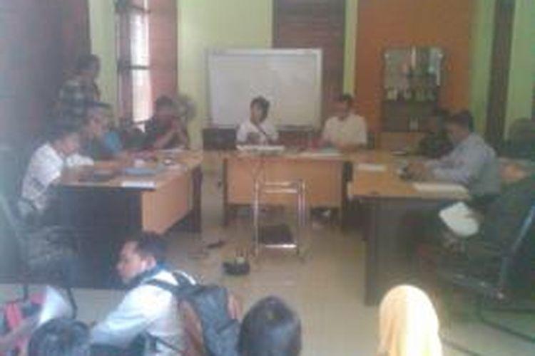 Koalisi Pendidikan Jawa Barat (KPJB) saat melakukan pelaporan pelanggaran Penerimaan Peserta Didik Baru (PPDB) tingkat SMA di Bandung kepada Ombudsman Jabar di Jalan Kebon Waru, Bandung, Jawa Barat, Selasa, (15/7/2013). Dari hasil investigasinya, tim menemukan 504 siswa siluman dari 27 sekolah SMA di Bandung.