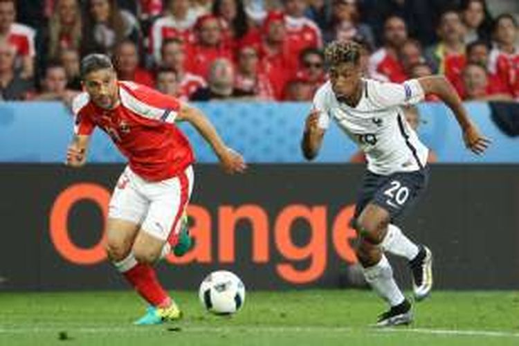 Kingsley Coman (kanan) beradu lari dengan Ricardo Rodriguez saat Perancis melawan Swiss pada partai Piala Eropa Grup A di Stade Pierre Mauroy, Minggu (19/6/2016).