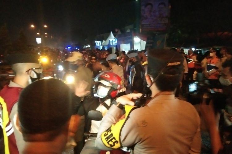 Carliana (41), seorang pemudik dari Bogor menuju Pemalang menolak diputar balik di Pos Penyekatan Tanjungpura, Karawang, Selasa (11/05/2021) dini hari. Alasannya sudah enam tahun tak kumpul bareng anak. Dengan berbagai pertimbangan, petugas membolehkan Carliana