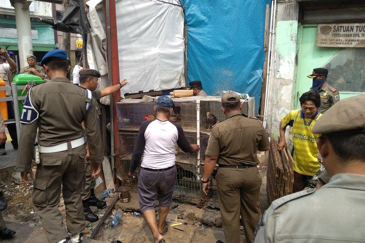 Pedagang Unggas di Pasar Lokomotif Jatinegara ditertibkan Satpol PP, Kamis (3/5/2018)
