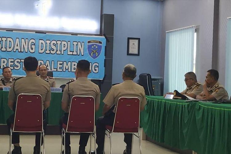 Tiga anggota Tahti Polresta Palembang menjalani sidang disiplin terkait kaburnya 30 tahanan, Jumat (26/7/2019).