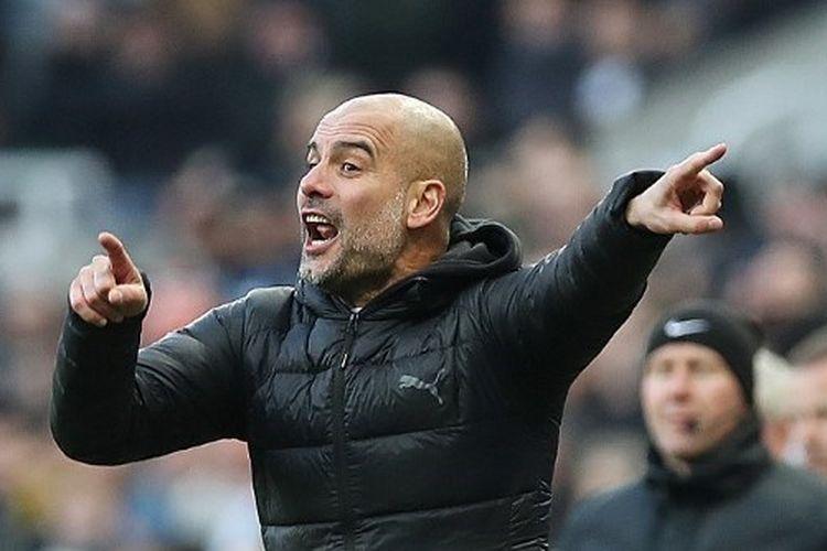 Manajer Manchester City Pep Guardiola memberi isyarat saat pertandingan Liga Premier antara Newcastle United dan Manchester City di St. James Park