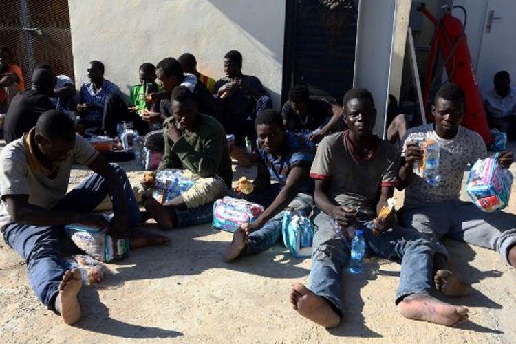 Para migran Afrika di sebuah pangkalan angkatan laut di ibukota Libya, Tripoli setelah diselamatkan dari sebuah perahu karet di lepas pantai Libya.
