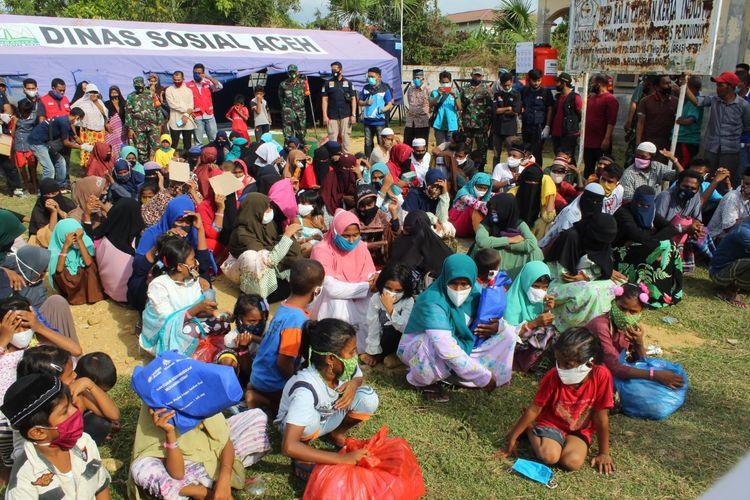 Pemerintah Kota Lhokseumawe memindahkan lokasi penampungan sementara untuk 99 warga Rohingya asal Myanmar dari eks Kantor Imigrasi Lhokseumawe ke Balai Latihan Kerja (BLK) di Desa Mee, Kecamatan Muara Dua, Kota Lhokseumawe, Jumat (10/7/2020) sore.