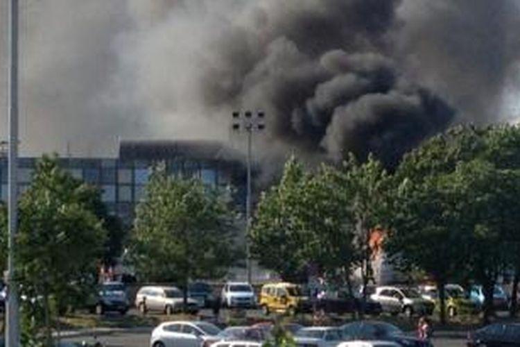 Asap tebal membubung saat sebuah bus wisata diledakkan di bandara Bargas, kota wisata Bulgaria di tepi Laut Hitam, 19 Juli 2012. Akibat serangan ini enam orang tewas.