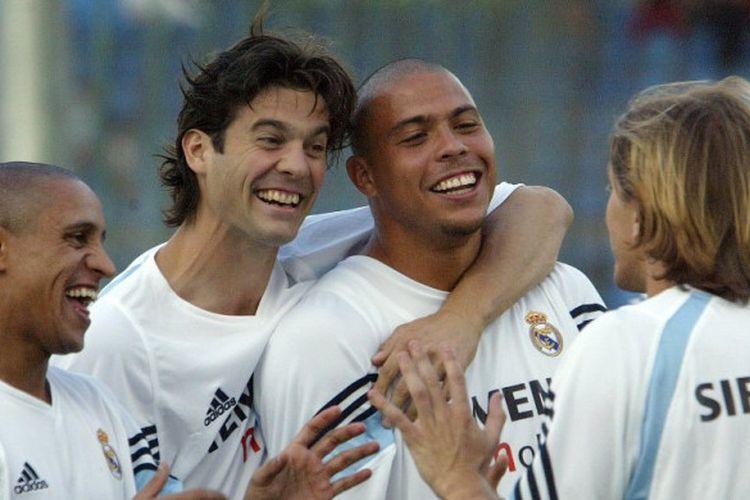 Dari kiri ke kanan: Roberto Carlos, Santiago Solari, Ronaldo, dan Michel Salgado, bercanda dalam sesi latihan Real Madrid, 21 Agustus 2003.