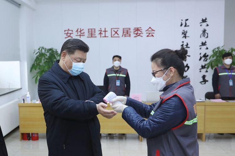 Presiden China Xi Jinping diukur suhu tubuhnya saat berkunjung ke Rumah Sakit Ditan yang berlokasi di Beijing, untuk menjenguk pasien virus corona pada 10 Februari 2020.