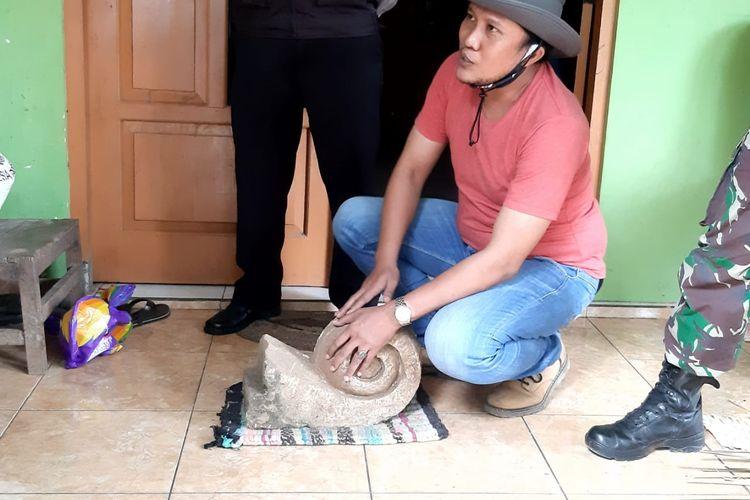 Ketua TACB Kabupaten Semarang Tri Subekso menunjukan temuan batu candi.