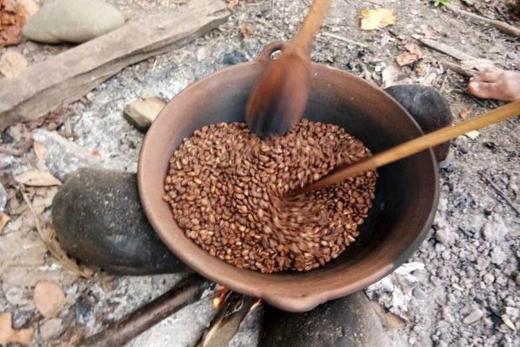 Kopi Sangtra Asal pegunungan Latimojong diolah dengan cara tradisional