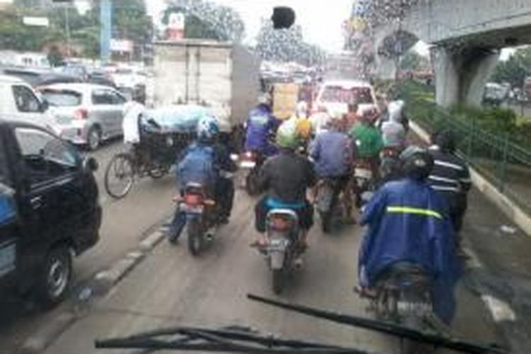 Ruas jalan dari arah Cempaka Putih menuju Senen terpantau macet akibat genangan dan jalan rusak pasca hujan yang mengguyur Jakarta dalam sepekan ini.