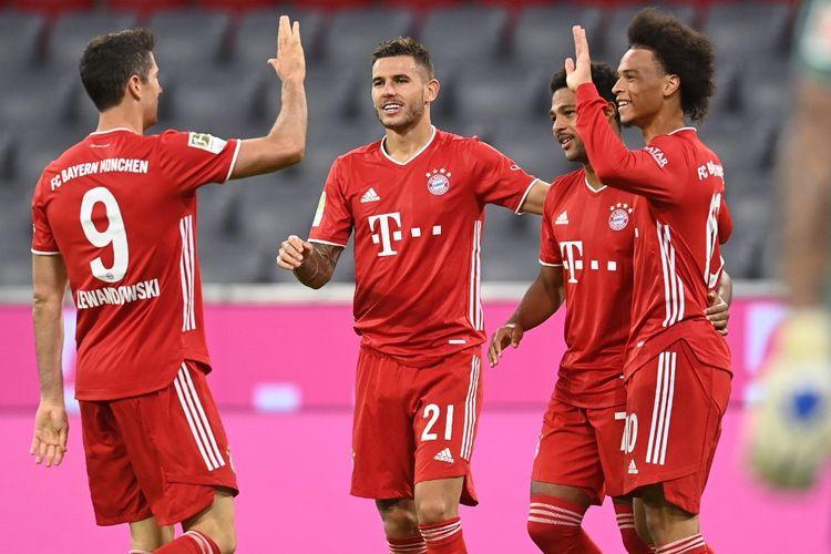 Para pemain Bayern Muenchen merayakan gol Serge Gnabry ke gawang Schalke 04 pada laga pembuka Bundesliga 2020-2021 di Stadion Allianz Arena, Jumat (18/9/2020) atau Sabtu dini hari WIB.