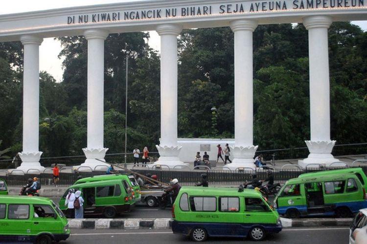 Sejumlah angkutan kota (angkot) melewati Tepas Salapan Lawang Dasakerta di Jalan Otista, Kota Bogor, Jawa Barat, Rabu (25/1). ANTARA FOTO/Arif Firmansyah/kye/17