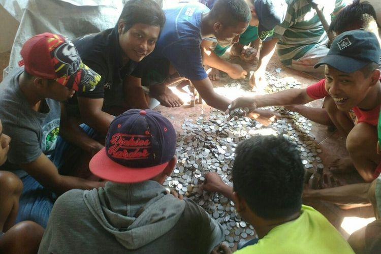 Warga menghitung uang tabungan Mbah Legi terdiri pecahan koin dan uang di Dusun Dipan, Desa Troketan, Kecamatan Pedan, Klaten, Jawa Tengah.