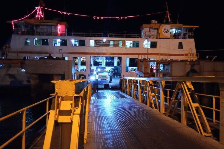 Penumpang dari Bali keluar dari kapal penyeberangan di Pelabuhan Ketapang, Banyuwangi, Senin (3/5/2021).