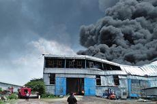 Masih Ditemukan Titik Api di Pabrik Plastik yang Terbakar Sejak Senin Siang
