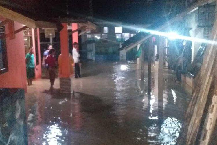 Hujan yang mengguyur sebagian besar wilayah Kabupaten Lebak, Banten memicu banjir dan longsor sejumlah tempat, Kamis (3/12/2020). Laporan Badan Penanggulangan Bencana Daerah (BPBD) Lebak, banjir dan longsor dilaporkan terjadi di 6 kecamatan.