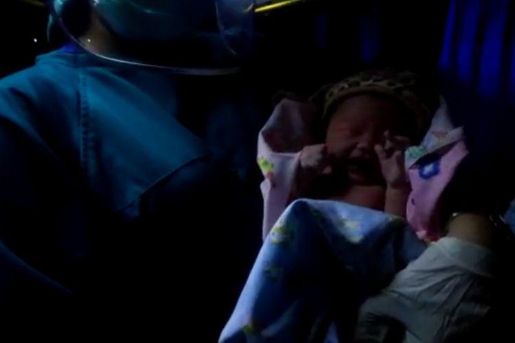 Seorang ibu melahirkan di dalam bus antarkota antarprovinsi (AKAP) jurusan Sumedang-Kampung Rambutan, Selasa (13/7/2021).